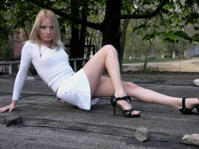 devushki-s-korotkoy-yubkoy-razdvinuvshaya-nogi